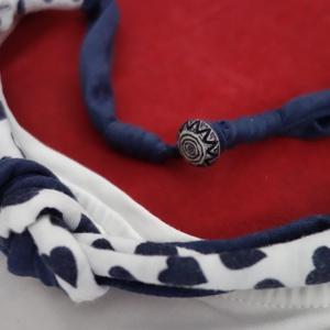 Kis kék szíves, Ékszer, Nyaklánc, Az újrahasznosított 100%-os pamutból készült nyaklánc, kis kék-fehér díszgombbal csukódik. Hossza 48..., Meska