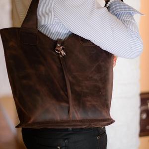 Antikhatású zsíros marhabőr táska díszkapoccsal, Táska & Tok, Bevásárlás & Shopper táska, Shopper, textiltáska, szatyor, Bőrművesség, A táska szép tartású, eredeti olasz marhabőrből készült. Minimál tervezésű, gyönyörűen érvényesül a ..., Meska