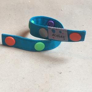 FIXIE játékrögzítő 1-es méret, Gyerek & játék, Baba-mama kellék, Játék, Baba játék, Varrás, Közepes FIXIE (1-es méret):\nHosszúsága kb 29 cm, 7db színes patenttal.\nElsősorban babáknak ajánljuk,..., Meska