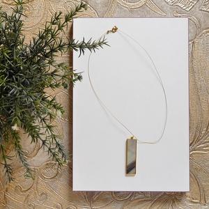 Irizáló üveg medál nyaklánc, Ékszer, Nyaklánc, Medálos nyaklánc, Ékszerkészítés, Üvegművészet, Arany szegélyes, üveg medál arany sodronyon. Hossza: 50 cm (közepes hosszúság). A medál 6 cm hosszú ..., Meska
