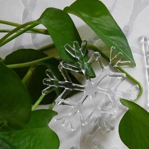 Üveg hópehely karácsonyfadísz, Karácsony & Mikulás, Karácsonyi dekoráció, Üvegművészet, 8,5 cm átmérőjű üvegből készült hópehely.\nA hópehelyhez vékony, fehér szaténszalag jár...., Meska