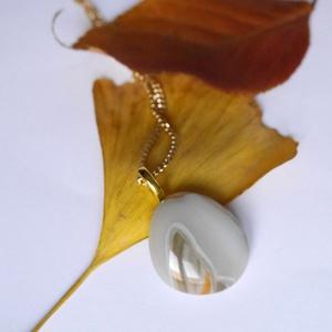 Üvegmedálos nyaklánc, Ékszer, Nyaklánc, Medálos nyaklánc, Üvegművészet, Ékszerkészítés, A medál akasztóval 3 cm hosszú és 2 cm széles. A lánc 46 cm hosszú (közepes hosszúság). A lánc arany..., Meska