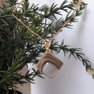 Négyszögletű üveg medál, Ékszer, Nyaklánc, Medálos nyaklánc, Virágkötés, Ékszerkészítés, Melegszürke és barna színű, csíkos üvegből készült medál arany színű láncon. A medál 2 x 2 cm. A lán..., Meska