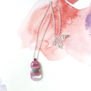Rószaszín-türkiz ásványos üveg medál, Ékszer, Nyaklánc, Medálos nyaklánc, Üvegművészet, Ékszerkészítés, Rózsaszín, világosszöld és átlátszó üvegből készült medál ezüst színű láncon. A medál 2 cm széles, a..., Meska