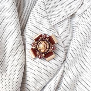 Bross, Ékszer, Kitűző & Bross, Kitűző, Ékszerkészítés, Kitüntetések és tengerészeti egyenruhák ihlette kitűző. A bross 5x5 cm-es. \nPezsgőszínű, fényes műbő..., Meska
