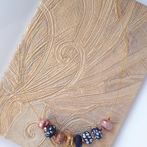 Rosegold-kék nyaklánc, Ékszer, Nyaklánc, Bogyós nyaklánc, Ékszerkészítés, Gyurma, A nyaklánc 51 cm  hosszú (közepes hosszúság), sötétkék-fehér és rosegold színű, kézzel készült gyöng..., Meska
