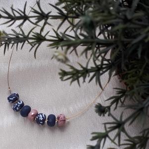 Rosegold-kék nyaklánc, Ékszer, Nyaklánc, Bogyós nyaklánc, Ékszerkészítés, Gyurma, A nyaklánc 52 cm  hosszú (közepes hosszúság), sötétkék-fehér és rosegold színű, kézzel készült gyöng..., Meska