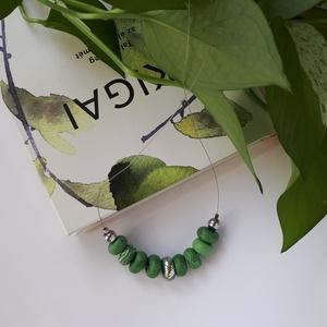 Zöld nyaklánc, Ékszer, Nyaklánc, Bogyós nyaklánc, Ékszerkészítés, Gyurma, A nyaklánc 48 cm  hosszú (közepes hosszúság), zöld és ezüst színű, kézzel készült gyöngyökből áll. A..., Meska