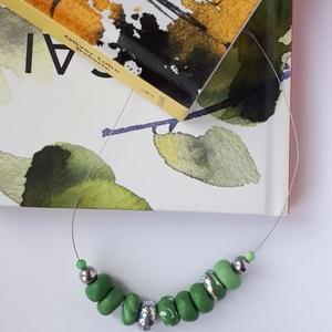 Zöld nyaklánc, Ékszer, Nyaklánc, Bogyós nyaklánc, Ékszerkészítés, Gyurma, A nyaklánc 51 cm  hosszú (közepes hosszúság), zöld és ezüst színű, kézzel készült gyöngyökből áll. A..., Meska