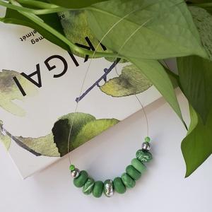 Zöld nyaklánc, Ékszer, Nyaklánc, Bogyós nyaklánc, Ékszerkészítés, Gyurma, A nyaklánc 49 cm  hosszú (közepes hosszúság), zöld és ezüst színű, kézzel készült gyöngyökből áll. A..., Meska