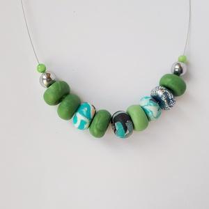 Zöld és kék nyaklánc, Ékszer, Nyaklánc, Bogyós nyaklánc, Ékszerkészítés, Gyurma, A nyaklánc 50 cm  hosszú (közepes hosszúság), zöld, kék és ezüst színű, kézzel készült gyöngyökből á..., Meska