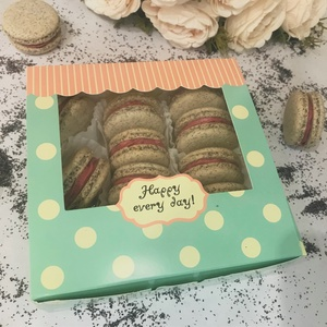 Mákos-meggyes MACARON álom, Élelmiszer, Édesség, Élelmiszer előállítás, A vidám ablakos papír MACARON box 13 darab, mandulalisztből készített macaronból áll mákos-meggyes í..., Meska