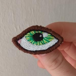 Zöld szem Hímzett bross, szemes kitűző, szem pin, szem bross, , Kitűző, Kitűző & Bross, Ékszer, Ékszerkészítés, Hímzés, Lenvászonra, kézzel hímeztem a mintát. Háta zöld színű filc, amire kitűzőalapot erősítettem.\n\nMérete..., Meska