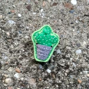 Kaktusz cserépben II. - Kézzel hímzett bross, Ékszer, Kitűző, bross, Ékszerkészítés, Hímzés, Zöld filcre, kézzel hímeztem a mintát. Hátára kitűzőalapot erősítettem és egy kis tömőanyagot is tet..., Meska