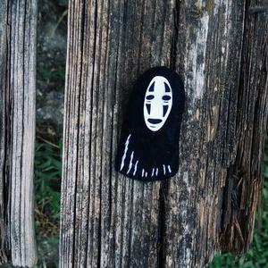 No-face zsugorka és filc kitűző, no face pin, no face kitűző, no face bross, chihiro szellemországban ékszer, Kitűző, Kitűző & Bross, Ékszer, Hímzés, Ékszerkészítés, No-face (Chihiro szellemországban) kitűzőket készítettem.\n\nZsugorkából és filcből készültek.\n\nMéret:..., Meska