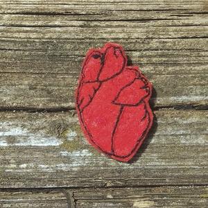 Anatomiai szív hímzett bross, szív kitűző, szív pin, szív bross, anatómiai pin, anatómiai kitűző, Kitűző, Kitűző & Bross, Ékszer, Hímzés, Ékszerkészítés, Kézzel hímzett anatómiai szív. \nPiros színű filcre hímeztem piros és fekete hímzőfonallal.\n\nHátán ez..., Meska