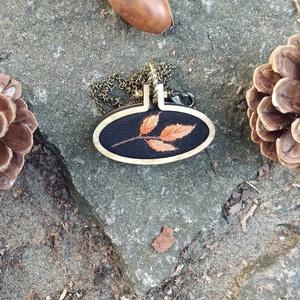 Őszi levél - Kézzel hímzett, fa medál, Ékszer, Nyaklánc, Medál, Ékszerkészítés, Hímzés, Levelet hímeztem és fa medálalapba tettem.\n\nA medál teljes mérete 45 x 23 mm.\nA medálalap fa, a kép ..., Meska