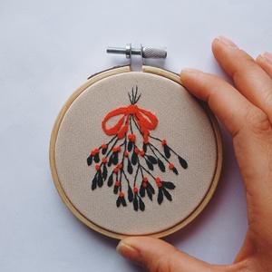 Kézzel hímzett karácsonyfadísz, Karácsonyi dekor, Fagyöngy dísz, Karácsony & Mikulás, Karácsonyi dekoráció, Hímzés, A tökéletes karácsonyi dekorációt kerested? Megtaláltad! :)\n\nKézzel hímzett. Egyedi dísze lehet a ka..., Meska