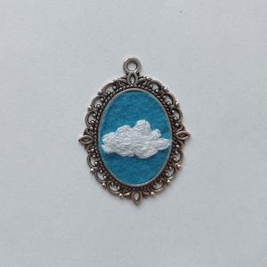 Felhő kézzel hímzett medál, felhős nyaklánc, felhős ég ékszer, Ékszer, Nyaklánc, Medálos nyaklánc, Hímzés, Ékszerkészítés, Örökké nem eshet, ugye? Cuki felhős medál kézzel hímezve. Ezüst színű láncon, ezüst alapban, filcre ..., Meska