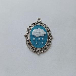 Esőfelhő kézzel hímzett medál, felhős nyaklánc, felhős ég ékszer, eső nyaklánc, Ékszer, Nyaklánc, Medálos nyaklánc, Hímzés, Ékszerkészítés, Örökké nem eshet, ugye? Cuki felhős medál kézzel hímezve. Ezüst színű láncon, ezüst alapban, filcre ..., Meska