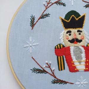 Diótörő kézzel hímzett karácsonyi dekoráció / Diótörő hímzett karácsonyi dísz / Diótörő ajtódísz / Karácsonyi dísz, Karácsony & Mikulás, Karácsonyi dekoráció, Hímzés, Kézzel hímzett karácsonyi dísz, bambusz hímzőkeretben, hátán akasztó van így feltehető falra de egy ..., Meska