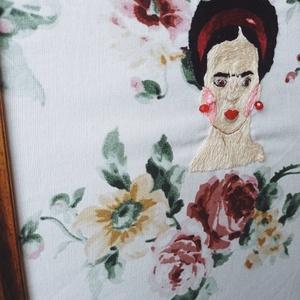 Frida Kahlo kézzel hímzett fali kép / Frida Kahlo illusztráció / Frida Kahlo ajándék / Frida Kahlo hímzés, Otthon & Lakás, Dekoráció, Falra akasztható dekor, Hímzés, Arany színű fa keretbe tettem ezt a kézzel hímzett Frida portrét.\nEgyedi darab!\n\nA technika amit has..., Meska