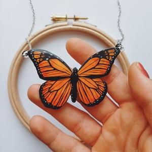 Pompás királylepke nyaklánc / Pillangó medál / pillangó ékszer / Lepkés nyaklánc, Ékszer, Nyaklánc, Medálos nyaklánc, Ékszerkészítés, Zsugorka, Fehér zsugorkára rajzoltam ezt a gyönyörű királylepkét. Narancs és fekete színekben pompázik, akárcs..., Meska