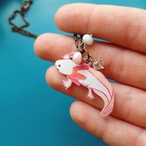 Axolotl nyaklánc / Axolotl üveggyöngyökkel / Kézzel rajzolt medál bronz színű láncon, Ékszer, Nyaklánc, Medálos nyaklánc, Zsugorka, Ékszerkészítés, Fehér zsugorkára rajzolt axolotl csiszolt üveggyöngyökkel.\n\nA medál mérete: 4 cm x 1 cm \nLánc hossza..., Meska