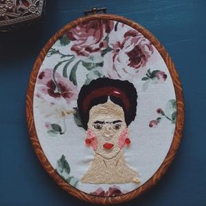 Frida Kahlo kézzel hímzett fali kép / Frida Kahlo illusztráció / Frida Kahlo ajándék / Frida Kahlo hímzés, Otthon & Lakás, Dekoráció, Falra akasztható dekor, Hímzés, Hímző keretben Frida Kahlo portré, üveggyöngyökkel díszítve.\nA hímzés vastag vászonra készült.\n\nA te..., Meska