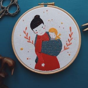 Anya - Kézzel hímzett fali dekoráció / Anyák napi ajándék / Anya babával - kép anyák napjára, Otthon & Lakás, Dekoráció, Falra akasztható dekor, Hímzés, Kézzel hímzett fali dekoráció tökéletes ajándék anyák napjára!\n\nPamut hímzőfonallal, sok ezer öltéss..., Meska