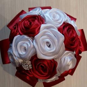 Csodacsokor, Esküvő, Esküvői csokor, Esküvői dekoráció, Szerelmeseknek, Ünnepi dekoráció, Dekoráció, Otthon & lakás, Virágkötés, Bármilyen neves alkalomra ajándékozhatod ezt a bordó-fehér csokrot,ami 16 db selyemrózsából készült...., Meska