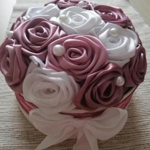 Selyemvirág doboz, Esküvő, Esküvői dekoráció, Nászajándék, Szerelmeseknek, Ünnepi dekoráció, Dekoráció, Otthon & lakás, Virágkötés, Fehér színű ,17 cm átmérőjű doboz mályva,fehé r színű rózsákkal.A doboz úgy van elkészítve,hogy lehe..., Meska
