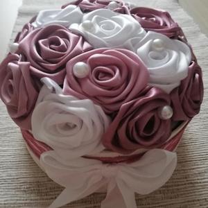 Selyemvirágbox  mályva ,fehér rózsákkal, Esküvő, Esküvői csokor, Nászajándék, Egyéb, Virágkötés, Varrás, Kézzel készített selyemvirágbox,amibe apróbb ajándékot még elrejthetünk.Akár szülőköszöntésképpen em..., Meska