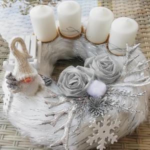 Adventi koszorú, Karácsony & Mikulás, Adventi koszorú, Virágkötés, Fehér-ezüst színű szőrmés adventi koszsorú kézzel készített ezüstrózsákkal,manóval díszítve.Átmérője..., Meska