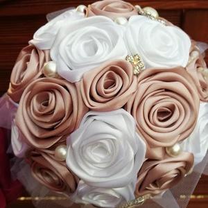 Rose gold-fehér színű örökcsokor, Menyasszonyi- és dobócsokor, Esküvő, Virágkötés, Mindenmás, Álmaid csokra ez a most divatos rose gold-fehér színű,kézzel készített selyemrózsa csokor.Nagyobb mé..., Meska