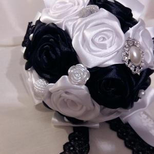Fekete- fehér örökcsokor, Menyasszonyi- és dobócsokor, Esküvő, Mindenmás, Virágkötés, Különleges színű ,fekete -fehér selyemcsokor,kisebb méretben.Igény szerint lehet nagyobb méretben is..., Meska
