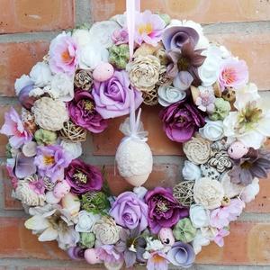 Tavaszi, húsvéti ajtódísz , Ajtódísz & Kopogtató, Dekoráció, Otthon & Lakás, Virágkötés, Mindenmás, Mályva, halvanylila, rózsaszín és fehér, halvány zöld színű kopogtató virágokkal, apró tojásokkal dí..., Meska