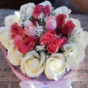 Virágdoboz szappanrózsás/Fehér piros/, Otthon & lakás, Dekoráció, Ünnepi dekoráció, Anyák napja, Ballagás, Mindenmás, Virágkötés, Virágdoboz fehér szappanrózsából és piros színű selyemrózsákból.Különleges alkalmakra ajánlom!Lehet ..., Meska