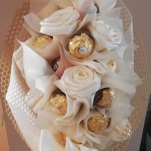 Rocher csokor,kézi készítésű szaténrózsákkal elegáns ,egyedi,különleges, Otthon & lakás, Dekoráció, Csokor, Ünnepi dekoráció, Anyák napja, Ballagás, Virágkötés, Mindenmás, Ez egy nagyon elegáns csokor,különleges,egyedi.Ballagásra,szülinapra,köszönő ajándéknak is gyönyörű ..., Meska