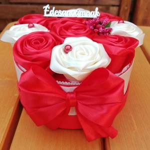 Anyàknapi virágdoboz kèzi készítésű rózsákkal , Otthon & lakás, Dekoráció, Ünnepi dekoráció, Szerelmeseknek, Csokor, Anyák napja, Mindenmás, Virágkötés, Anyák napjàra ajánlom ezt a virágboxot, ami kézi készítésű rózsákkal van díszítve. Lehet kérni èdesa..., Meska