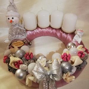 Adventi koszorú, Otthon & Lakás, Karácsony & Mikulás, Adventi koszorú, Virágkötés, Rózsaszín,ezüst,fehér színű adventi koszorú hóemberrel ,angyalkával díszítve.Átmérője 28cm...., Meska