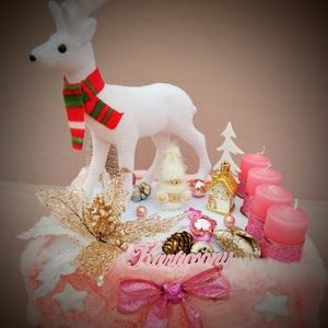 Karácsonyi asztaldísz, rénszarvassal , Otthon & Lakás, Karácsony & Mikulás, Adventi koszorú, Mindenmás, Karácsonyi asztaldísz rénszarvassal. Halvány rózsaszín, fehér, pezsgő és arany színű dekorációkkal. ..., Meska