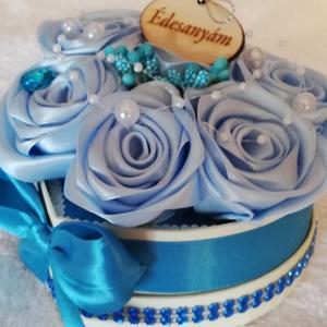Anyák napi virágdoboz, Esküvő, Emlék & Ajándék, Doboz, Mindenmás, Virágkötés, Anyák napjára kèszültek ezek a kézi készítésű rózsákból álló virágdobozok.  Gyöngyökkel van díszítve..., Meska