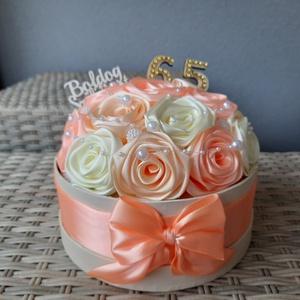 Virágbox halvány sárga,barack és ekrü színben!, Esküvő, Emlék & Ajándék, Nászajándék, Mindenmás, Virágkötés, A doboz 17cm átmérőjű és kézi készítésű szatén rózsával van készítve.Bármilyen színben rendelhető.Ig..., Meska
