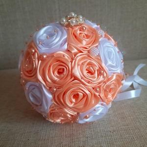 Örök csokor kézzel készült selyem rózsákból, Esküvő, Menyasszonyi- és dobócsokor, Virágkötés, Esküvőre ajánlom ezt a fehér-barack színű selyemvirág csokrot. Kézzel készült rózsákból készül.Stras..., Meska