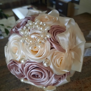 Rose gold-krém színű örökcsokor, Esküvő, Menyasszonyi- és dobócsokor, Virágkötés, Mindenmás, Álmaid csokra ez a most divatos rose gold ekrü színű,kézzel készített selyemrózsa csokor.Közepes mér..., Meska