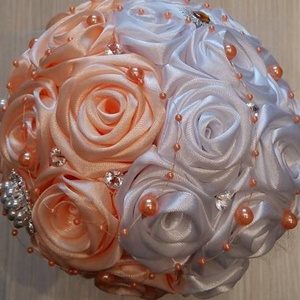 Barack-fehér színű örökcsokor , Esküvő, Menyasszonyi- és dobócsokor, Esküvőre ajánlom ezt a fehér-barack színű selyemvirág csokrot. Kézzel készült rózsákból készül.Stras..., Meska