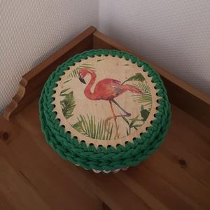 Horgolt tároló kosár, doboz, flamingós, trópusi mintával, Lakberendezés, Otthon & lakás, Dekoráció, Tárolóeszköz, Doboz, Horgolás, Decoupage, transzfer és szalvétatechnika, Zsinórfonalból horgolt kosár. Átmérője kb 20 cm, fa alap, a fedele dekupázsolt, lakkozott. Kérheted ..., Meska
