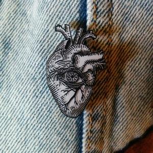 All Seeing Heart, Dekoráció, Otthon & lakás, Dísz, Zsugorka, 3 cm magas\n2 cm széles\n\nA termékeimet saját kézzel rajzolom és formázom., Meska