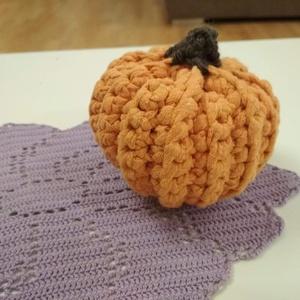 Őszi tök, akár Halloweenra is, Horgolt & Csipketerítő, Dekoráció, Otthon & Lakás, Horgolás, Horgolt tökök narancs, szürke barna, és Halloweenra fekete színekben. A tökök kb. 10 cm átmérőjűek, ..., Meska